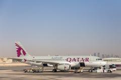 Flygbuss A320 av Qatar Airways royaltyfri foto
