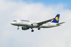 Flygbuss A320-214 (D-AIQT) av flygbolaget Lufthansa i den clody himlen, innan att landa i den Pulkovo flygplatsen Fotografering för Bildbyråer
