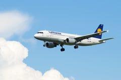 Flygbuss A320-214 (D-AIQT) av flygbolaget Lufthansa, innan att landa Royaltyfri Foto