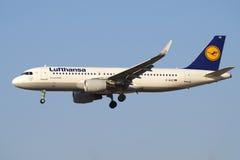 Flygbuss A320-214 D-AIUE av flygbolaget Lufthansa, innan att landa i den Pulkovo flygplatsen Arkivfoto