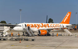 Flygbuss A319-111 EasyJet i den Bordeaux-Merignac flygplatsen Royaltyfria Bilder