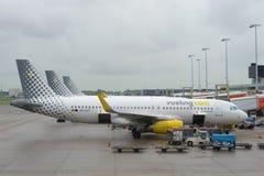 Flygbuss A320-232 EC-LVT Vueling Airlines på den Schiphol flygplatsen, Amsterdam Royaltyfria Foton