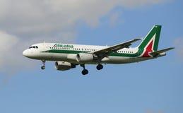 Flygbuss A320 (EI-DTN) Alitalia, innan att plantera Royaltyfri Bild