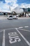 Flygbuss A380-800, emirater Arlines, Vaclav Havel International flygplats, Ruzyne, Prague, Tjeckien arkivbild