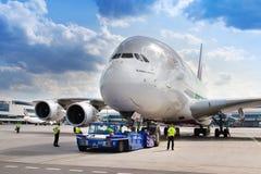 Flygbuss A380-800, emirater Arlines, Vaclav Havel International flygplats, Ruzyne, Prague, Tjeckien fotografering för bildbyråer