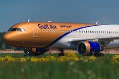 Flygbuss 320 en Gulf Air flygbolag som beskattar på förklädet Arkivfoton