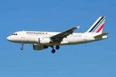 Flygbuss A319-111 F-GRHO Air France i flykten på bakgrund för blå himmel Royaltyfria Foton