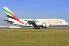 Flygbuss A380 från emirater royaltyfria bilder