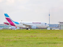 Flygbuss A320 från Eurowings med TVtornet Fernsehturm Royaltyfri Foto