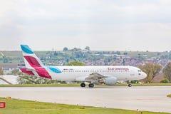 Flygbuss A320 från Eurowings på landningsbanan för start Arkivfoto