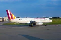 Flygbuss A319 från Germanwings som åker taxi på den Hamburg flygplatsen Royaltyfria Bilder