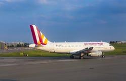 Flygbuss A319 från Germanwings som åker taxi på den Hamburg flygplatsen Royaltyfri Bild