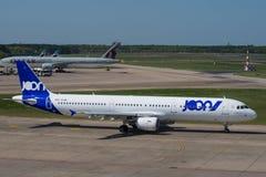 Flygbuss A321 från Joon, ett Air France dotterbolag, på den Berlin Tegel flygplatsen Royaltyfria Foton