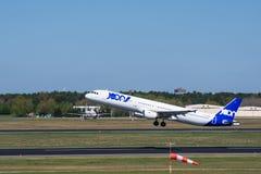Flygbuss A321 från Joon, ett Air France dotterbolag, på den Berlin Tegel flygplatsen Arkivbilder