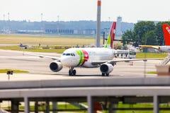 Flygbuss A 319 - 111 från TAP Portugal på flygplats royaltyfri foto