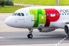 Flygbuss A 319 - 111 från TAP Portugal på flygplats royaltyfria bilder