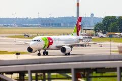 Flygbuss A 319 - 111 från TAP Portugal på flygplats arkivfoto
