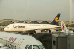 Flygbuss A380 i Lufthansa flotta på den Hong Kong flygplatsen Royaltyfria Bilder