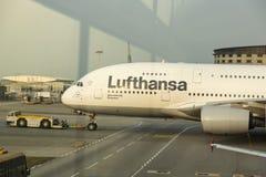 Flygbuss A380 i Lufthansa flotta på den Hong Kong flygplatsen Royaltyfri Foto