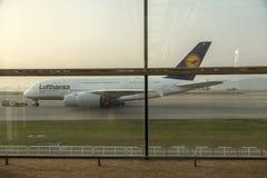 Flygbuss A380 i Lufthansa flotta på den Hong Kong flygplatsen Royaltyfri Bild