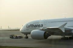 Flygbuss A380 i Lufthansa på grova asfaltbeläggningen Fotografering för Bildbyråer