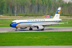 Flygbuss a-320 Lufthansa, flygplats Pulkovo, Ryssland helgon-Peterburg 19 Maj 2014 Royaltyfri Bild