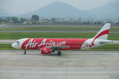 Flygbuss A320-216 9M-AQM i flygplatsen Noi Bai, otta hanoi vietnam Fotografering för Bildbyråer