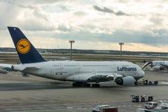 Flygbuss A380-800 Munich av Lufthansa på landningsbanan i den Frankfurt flygplatsen Royaltyfria Bilder
