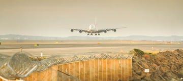 Flygbuss a380 omkring till landningsögonblicken Arkivbilder