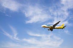Flygbuss A320 214 som är klar för att landa Arkivfoton