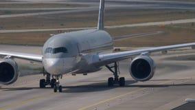 Flygbuss A350 som åker taxi, når att ha landat arkivfilmer