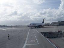 Flygbuss A380 som åker taxi på landningsbanan för Frankfurt flygplats Royaltyfria Foton