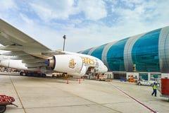 Flygbuss A380 som anslutas i den Dubai flygplatsen Royaltyfri Fotografi