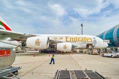 Flygbuss A380 som anslutas i den Dubai flygplatsen Arkivfoto