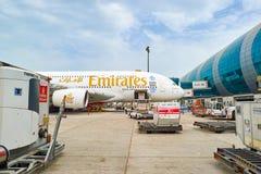 Flygbuss A380 som anslutas i den Dubai flygplatsen Arkivfoton