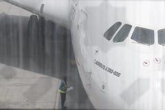 Flygbuss A380 som anslutas i den Dubai flygplatsen Royaltyfri Foto