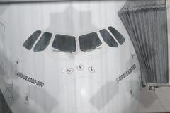 Flygbuss A380 som anslutas i den Dubai flygplatsen Royaltyfri Bild
