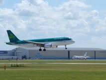 Flygbuss A320 som för EI-CVA Aer Lingus landar på den Buitenveldertbaan 09-27 landningremsan royaltyfri foto