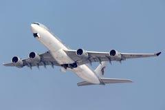 Flygbuss A340-500 som för Qatar Amiri flyg A7-HHH tar av på Sheremetyevo den internationella flygplatsen Arkivbild