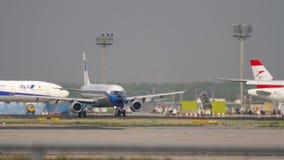 Flygbuss A321 som ?ker taxi f?r avvikelse stock video