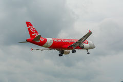 Flygbuss 320 som landar i Phuket Arkivfoton