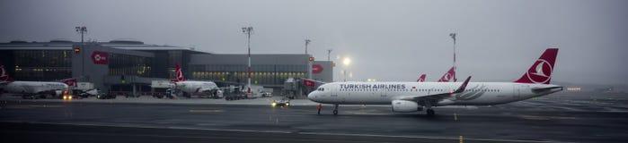 Flygbuss A32 Turkish Airlines i den nya internationella flygplatsen av Istanbul på skymning arkivfoton
