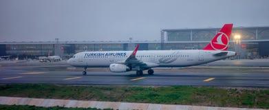 Flygbuss A32 Turkish Airlines i den nya internationella flygplatsen av Istanbul p royaltyfria bilder