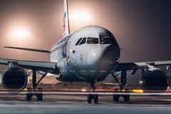 Flygbuss A319 Ural Airlines som parkeras på flygplatsen på natten Arkivfoto