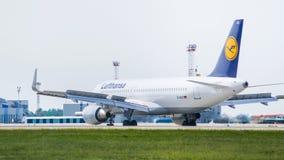 Flygbuss A320 vid Lufthansa i flygplats Arkivbilder