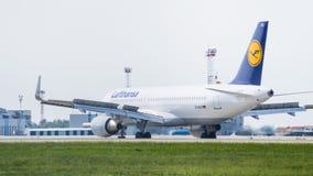 Flygbuss A320 vid Lufthansa i flygplats Royaltyfri Fotografi