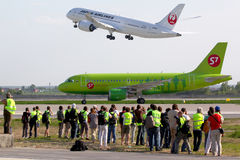 Flygbuss A319 VP-BHQ som för flygbolag S7 åker taxi på den Domodedovo internationalen Arkivbilder