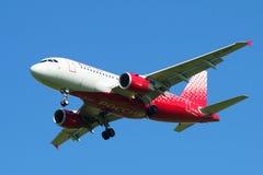 Flygbuss A319-111 (VQ-BCP) av flygbolaget Rossiya - störst plan för ryska flygbolag i den blåa himlen Royaltyfria Bilder