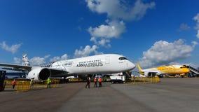 Flygbuss A350-900 XWB och Scoot Boeing 787 Dreamliner på skärm på Singapore Airshow Arkivbild