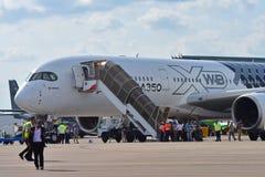 Flygbuss A350-900 XWB på skärm på Singapore Airshow Royaltyfria Bilder
